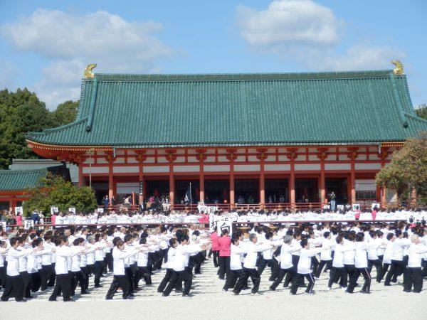 大勢での平安神宮の演武は格別(写真は昨年10月の同演武)