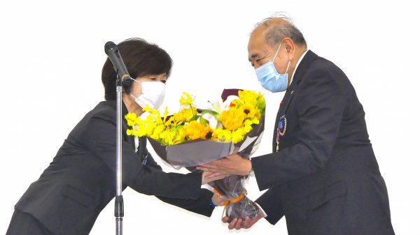 大沢藍未理事より花束の贈呈を受ける岡﨑会長代行