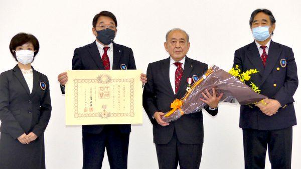 川﨑専務理事より表彰状、辻本常務理事より勲章、大沢理 事より花束が贈呈