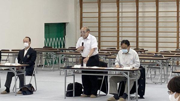 開会の挨拶を述べる岡﨑温会長代行
