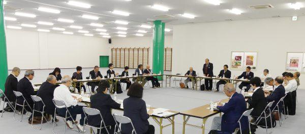 開会にあたり挨拶を述べる岡﨑温副会長