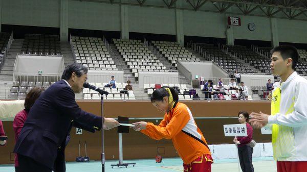 辻本三郎丸常務理事より代表表彰を受ける 中村里香選手と鈴木崚介選手