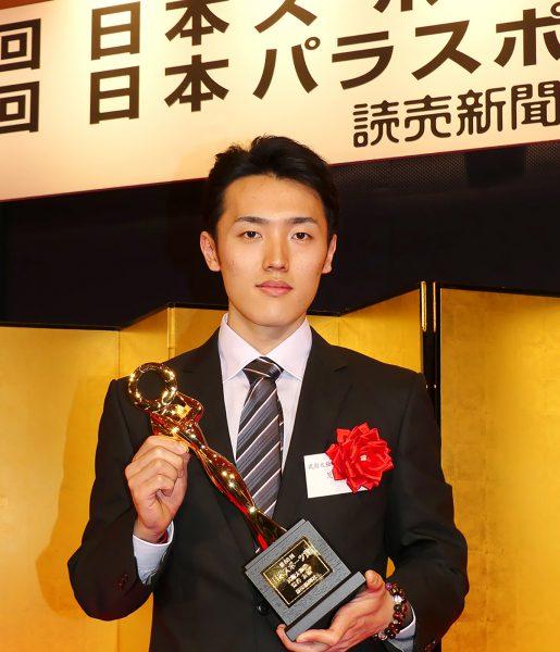 「第68回日本スポーツ賞」を2年連続で受賞し、 表彰式でトロフィーを手にする荒谷友碩選手