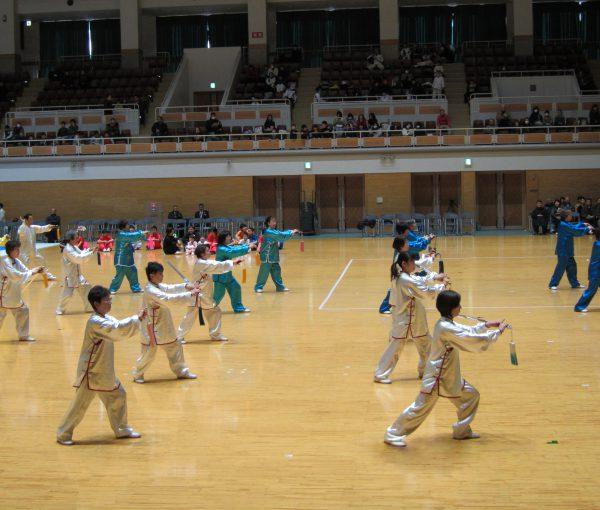 秋田県民歌に合わせ約50人で32式太極剣の集団演武を披露