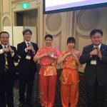 嶋村委員長(左)らと一緒に記念撮影(本多選手:中央、池内選手:右から2番目)