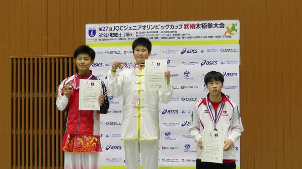 表彰台で笑顔を浮かべるジュニア選手たち