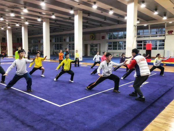 李強コーチの熱心な指導を受ける選手たち(太極拳)