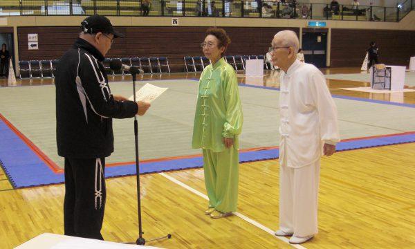 最高齢選手賞を授与される徳広悦子選手と東光明選手
