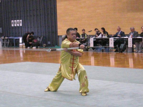 渡辺千明選手による春秋大刀の演武に会場が沸く