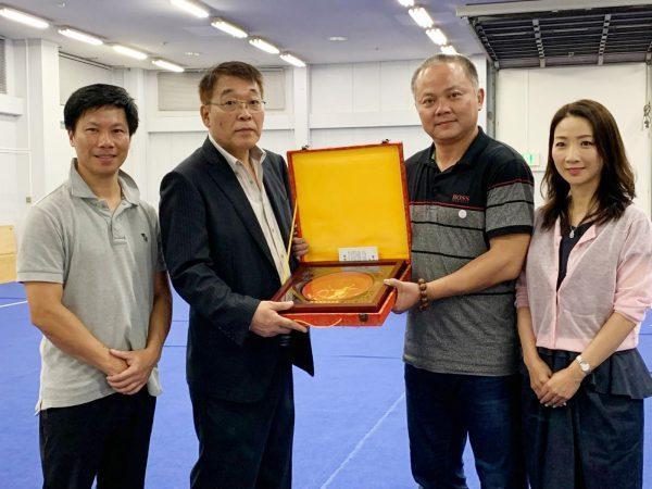 広東省武術協会から記念の楯が贈られた