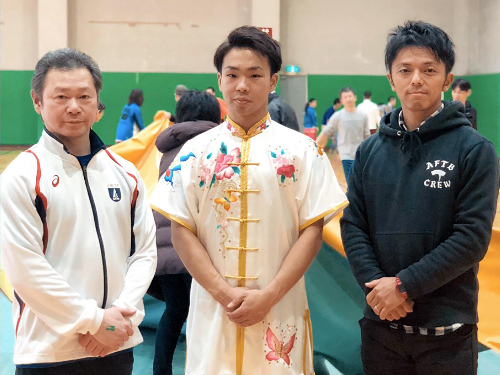 青藍拳社発表会にて三船英先生(左)と原田将司コーチ(右)と