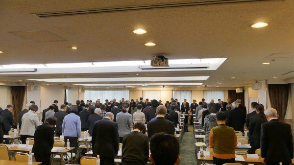 総会に先立って故村岡久平名誉副会長に黙祷が捧げられた