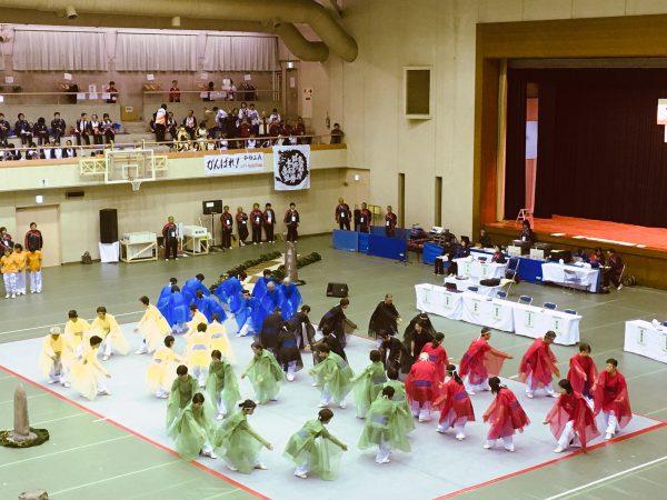 五輪マークを描く24式太極拳の集団演武