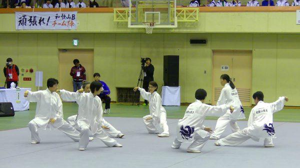 優勝を飾った和歌山県B「チーム陣」の演武
