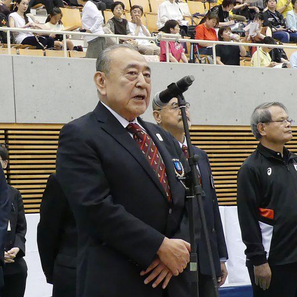 開会の辞を述べる岡﨑温会長代行