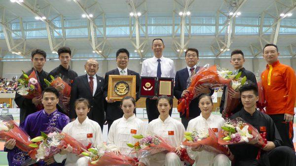 中国武術代表団とお互いに感謝の楯を交換