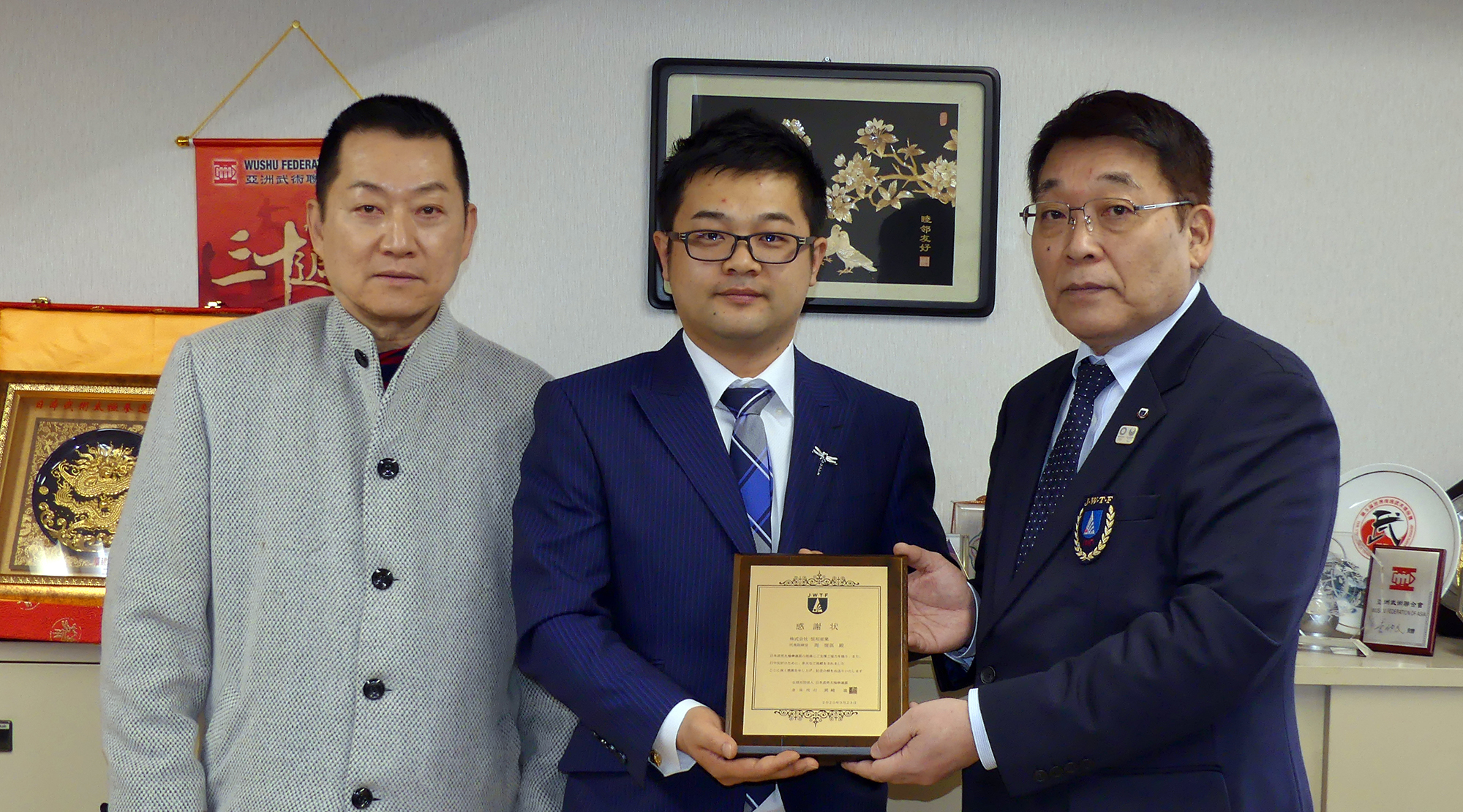 日本連盟から感謝の意を込めて楯を贈呈
