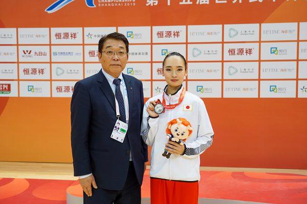 川﨑雅雄専務理事と銀メダルを獲得した齋藤志保選手