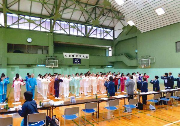 参加者一同が整然と整列する中、全員で抱拳礼