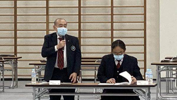 理事会開会にあたり挨拶を述べる岡﨑温会長代行