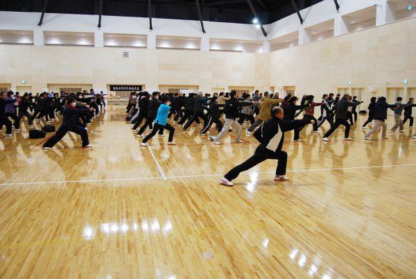 練功十八法、カンフー体操、二十四式太極拳を全員で実施