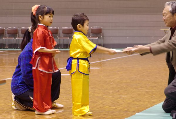 最年少者賞の表彰を受け笑顔をみせる田中選手と荒木選手