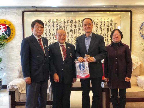張秋平主席(国際武術連盟秘書長)らと