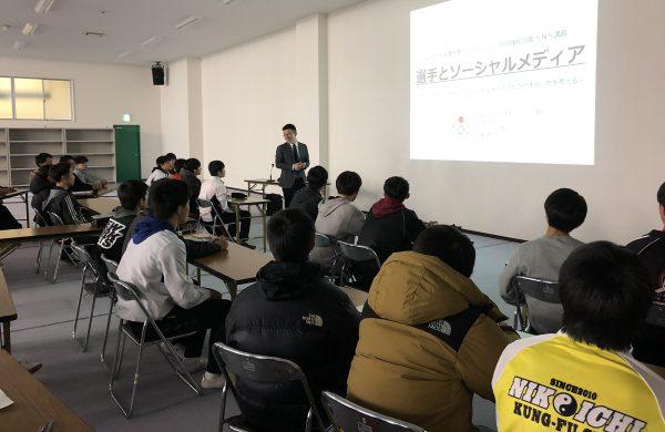 JOCの上田大介講師によるSNS講習の様子