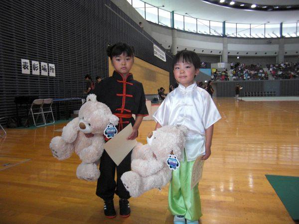 「最年少選手賞」受賞に喜びの表情を見せる2選手
