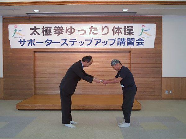 修了証を授与される荒木公一様(右)(富山県)