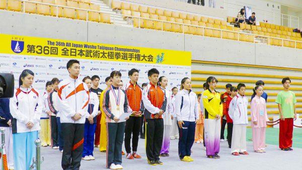 緊張の面持ちで代表表彰を受ける選手たち
