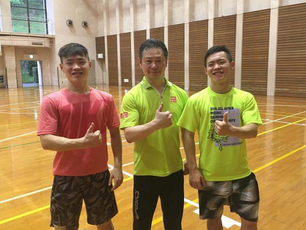 福岡での講習会で双子の兄(左)と父親(真ん中)と